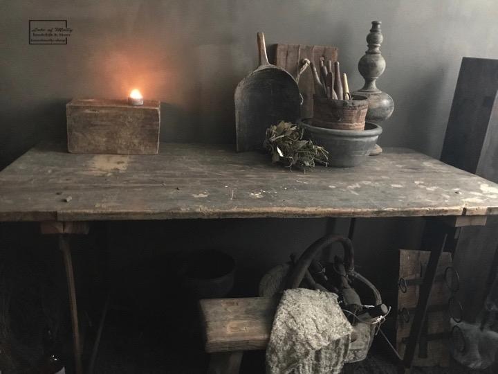 Oude houten tafel met ijzeren onderstel u landelijk en stoer wonen
