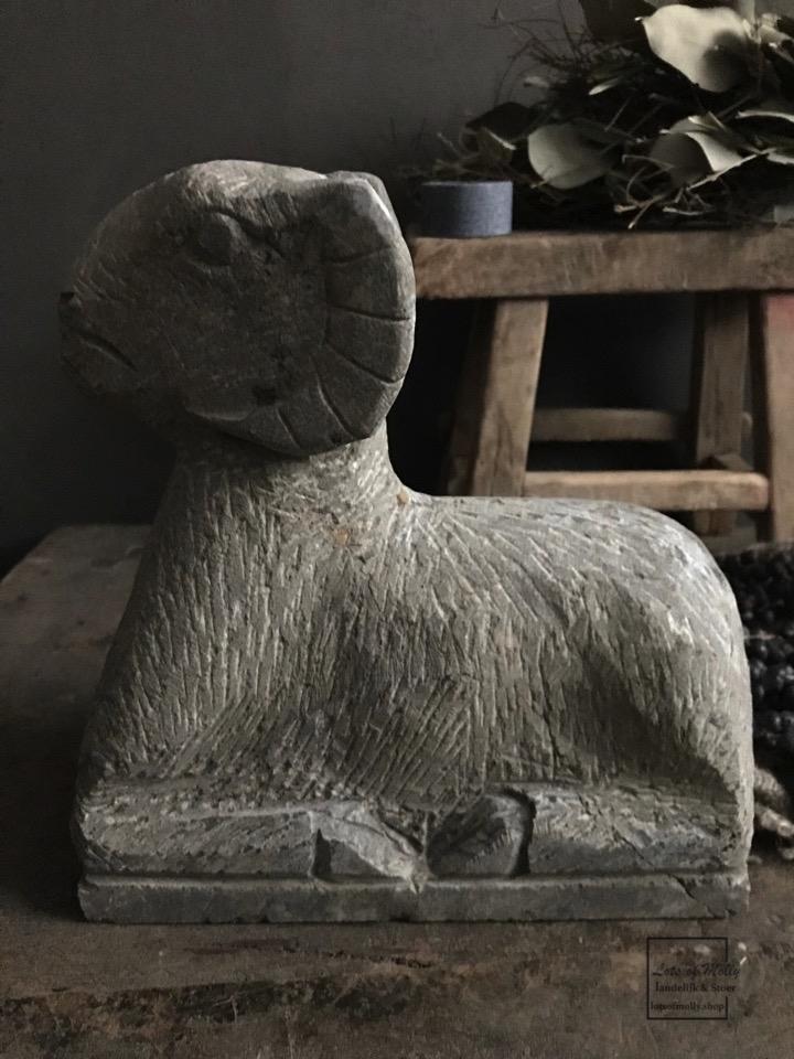 Hand gekapte stenen Ram groot