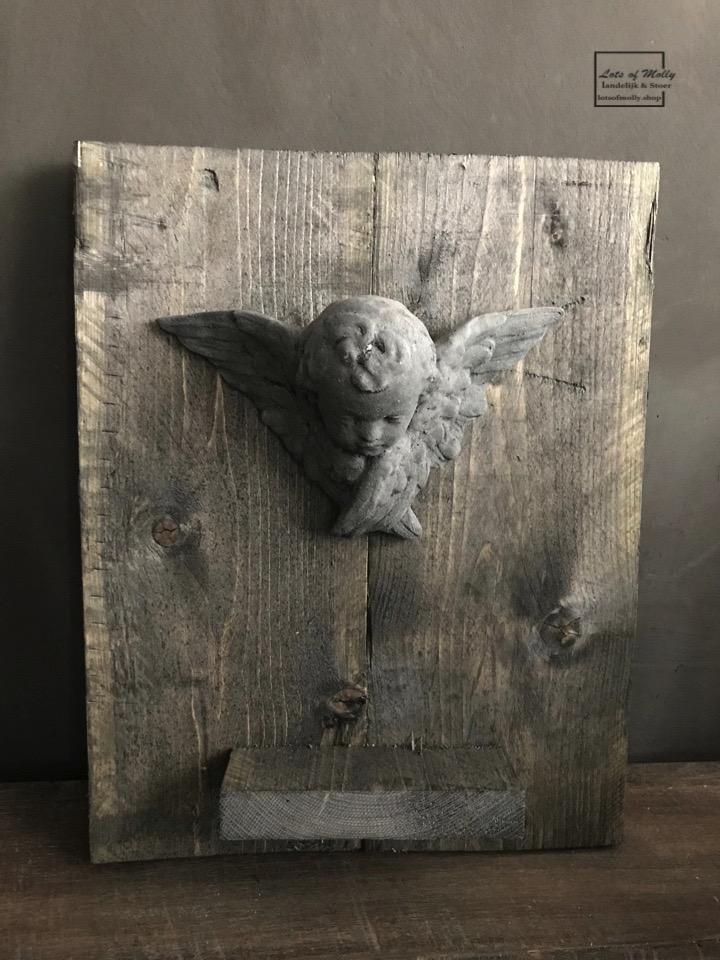 Betonnen engeltje op een robuuste houten plank van Aura Peeperkorn