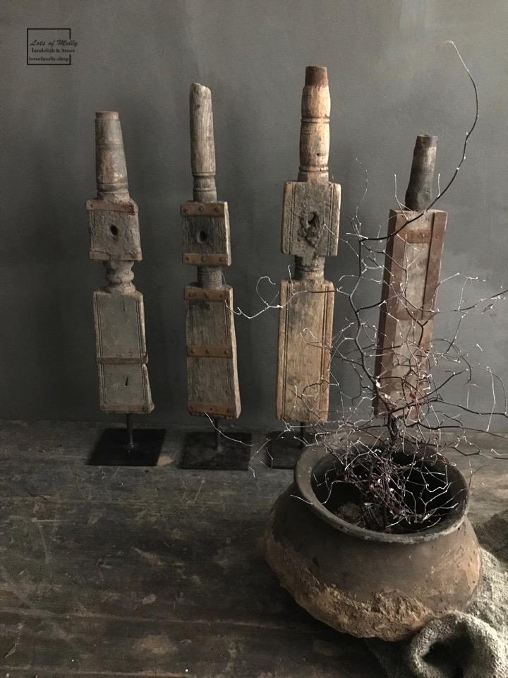 Oude houten spoel op statief