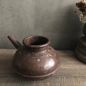 Authentieke zware ijzeren potje met tuit uit China, Aura Peeperkorn