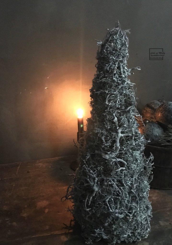 Kerstboompje van mos en takjes