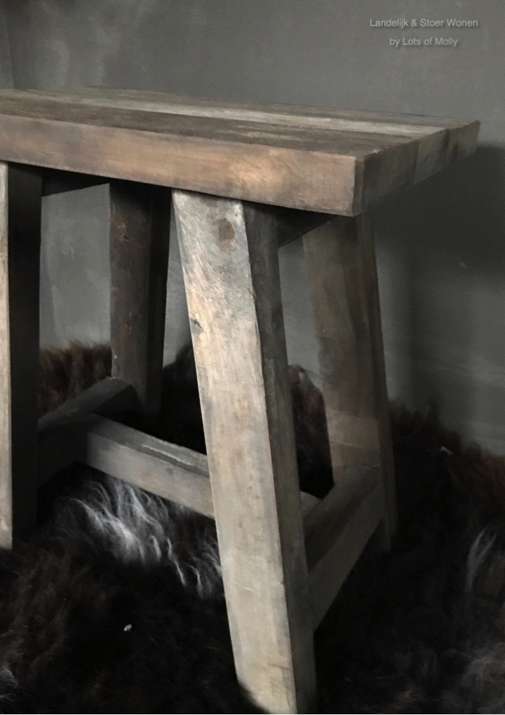 Oud houten krukje van Aura Peeperkorn