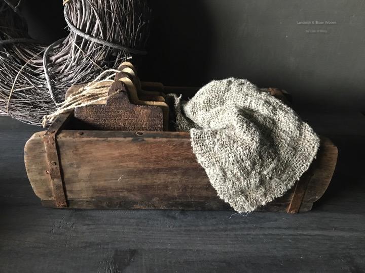 Gifset bestaande uit een bakstenen mal met daarin 6 houten onderzetters en een Chippy doek