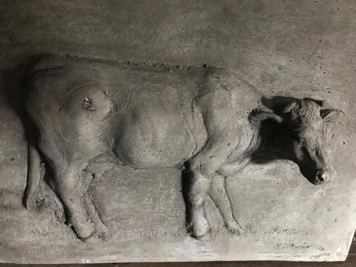 Betonnen paneeltjes met afbeelding van dieren. Bevat een hangertje aan de achterzijdeAura Peeperkorn