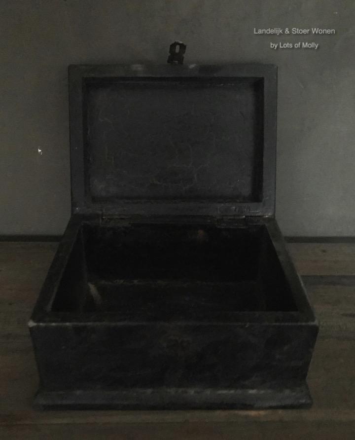 Stoer kistje zwart