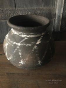 Stenen pot met metalen ring