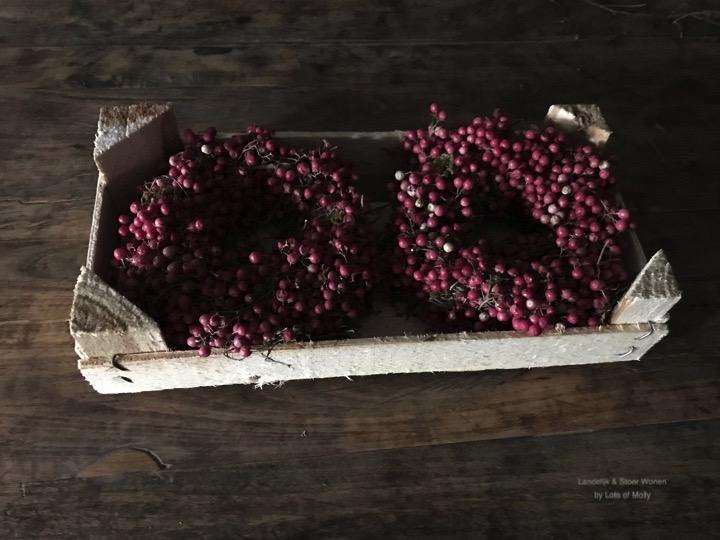 Houten kratje met 2 Pepperberry kransjes
