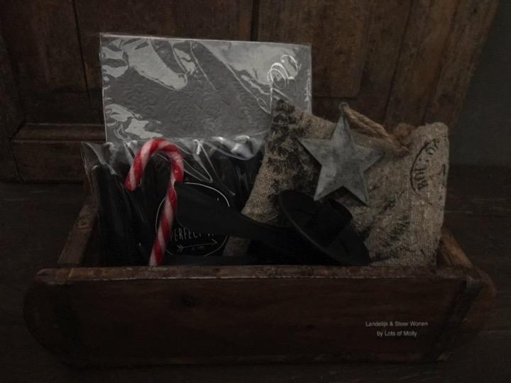 Bakstenen mal gevuld met diversen kerstartikelen