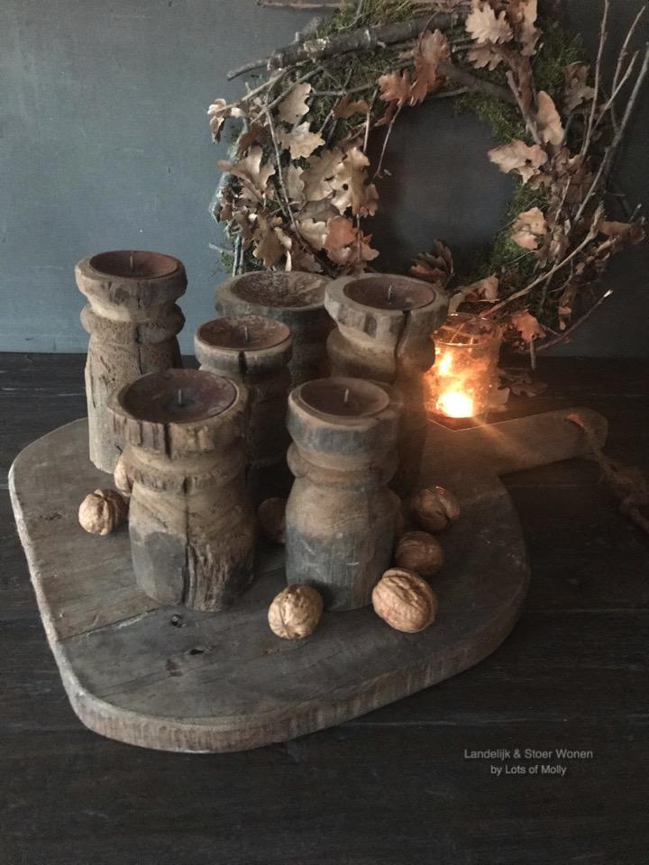 Oud houten kandelaar rond Aura Peeperkorn